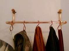 Wenn Du ein mutiges Statement in deiner Wohnung setzen willst, wähle eine aus Kupferrohren gebaute Garderobe! Dieses Design bietet eine schöne Möglichkeit den angesagten Industrial Style in deiner...