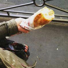 Acheter une baguette de pain toute chaude et manger le quignon dans la rue.   18 moments de bouffe qui font kiffer tous les Français