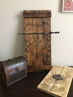 Harry Potter wand display, DIY and Crafts, Harry Potter wand display. Harry Potter Diy, Harry Potter Wand Stand, Harry Potter Display, Harry Potter Bathroom, Estilo Harry Potter, Harry Potter Nursery, Harry Potter Classroom, Theme Harry Potter, Harry Potter Christmas