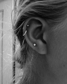 The asymmetry of an odd number of earrings plays up the look's natural edginess. Two cartilage piercings on one ear, one plus tragus on the other. Three piercings on the lobe. Definitely what I want Helix Piercings, Piercing Tattoo, Piercing Oreille Cartilage, Ear Peircings, Et Tattoo, Cute Ear Piercings, Double Helix Piercing, Helix Hoop, Helix Ring