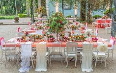 Casamento na fazenda - decoração moderna e romântica em tons de pink - mesa dos convidados com cadeiras decoradas ( Foto: João Coelho | Decoração: Clarissa Rezende )