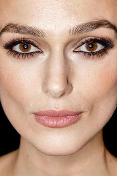 Celebrity photos that are really close-up. Celebrities with bad skin,. Keira Knightley Makeup, Keira Knightley Chanel, Keira Christina Knightley, Day Makeup, Beauty Makeup, Makeup Looks, Hair Beauty, Celebrity Faces, Celebrity Makeup