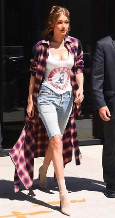 The shorts are longer and bermudas – especially jeans – have been increasingly part of the outfits of international fashionistas. The Kardashian/Jenner family, for example, are fans and wear it for some time. Bermuda Shorts Outfit, Denim Shorts Outfit, Summer Wear, Summer Outfits, Casual Outfits, Dress Outfits, Dresses, Denim Fashion, Fashion Outfits