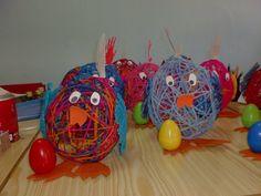 *eivorm gemaakt van ( opgedroogde) wol over een ballon Easter Crafts For Kids, Preschool Crafts, Happy Easter, Easter Bunny, Diy And Crafts, Arts And Crafts, Chicken Crafts, 3rd Grade Art, Footprint Crafts