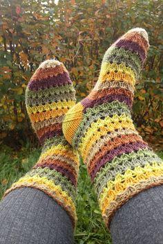 Langan päästä kiinni: Syksyn väriset sukat Crochet Socks, Knitting Socks, Knit Crochet, Drops Design, Yarn Crafts, Fingerless Gloves, Arm Warmers, Slippers, Creative