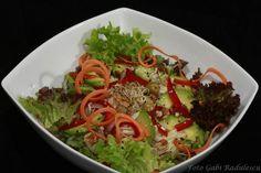 Salata creata rosie, salata creata verde, morcov, ceapa, telina radacina rasa, masline verzi, ardei rosu, avocado, nuca romaneasca, susan negru, germeni de lucerna.