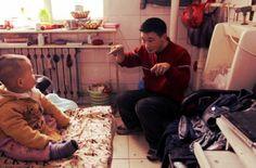 Sarà un caso estremo, ma c'è chi in Cina è costretto a vivere in unauna toilette per uomini a Shenyang, nella provincia di Liaoning di 20 metri quadrati, in un bagno non usato all'interno di un hotel.Zeng Lingjun, l'affittuario, è originario di una famiglia povera di Fumin,un villaggio della provincia di Jilin.  http://tuttacronaca.wordpress.com/2013/08/27/in-cina-si-vive-nei-bagni-dismessi-di-un-hotel/