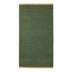 Björk, handvävd matta i ull med kant i läder från Design House Stockholm. Inspirationen till Björk-kollektionen har formgivaren Lena Bergström hämtat från just björken. Den vävda strukturen och färgkombinationerna i varje matta påminner om björkens melerade bark. Lädret som ramar in mattan är inspirerat av den nakna barken under björkens näver. Mattan skapar en harmonisk, slät textilyta i hemmet, lika vacker och naturnära som sten eller trä.Björk finns i flera olika färgställningar och…