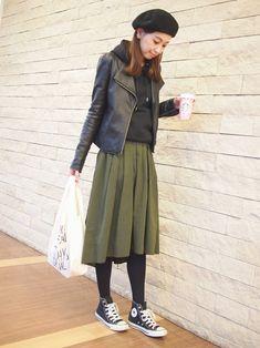 サラッと着やすく、1年中使える定番アイテムといえば「パーカー」ですよね。今回は、ご近所コーデだけでなく、デートやショッピングにも着ていける!大人っぽく上品に着こなせる抜け感コーデをご紹介します。