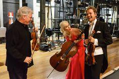 Pinchas Zukerman, sua esposa Amanda Fortsyth e Alejandro Aldana, violinista da Orquestra nos bastidores do Municipal. Foto: Cicero Rodrigues. OSB - Orquestra Sinfônica Brasileira