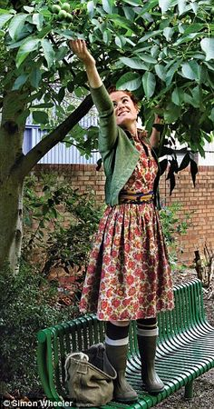 to rustle up a feast for free Like Alys' vintage style coupled with the ubiquitous wellies!Like Alys' vintage style coupled with the ubiquitous wellies! Looks Street Style, Looks Style, My Style, Modest Outfits, Modest Fashion, Cool Outfits, Mode Country, Mode Simple, Look Retro
