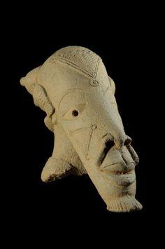 La civilisation Nok apparaît au Nigeria 1000 ans avant J.C. et s'éteint mystérieusement à la fin du premier millénaire. On suppose que sa disparition est due à une épidémie ou à une famine dévastatrice. Elle apparaît aujourd'hui avoir été une civilisation très avancée tant sur le plan de son organisation sociale que de son raffinement, à une époque où le reste de l'Afrique méridionale entre dans l'ère néolithique (l'âge de pierre, lorsque chasseurs et cultivateurs ...