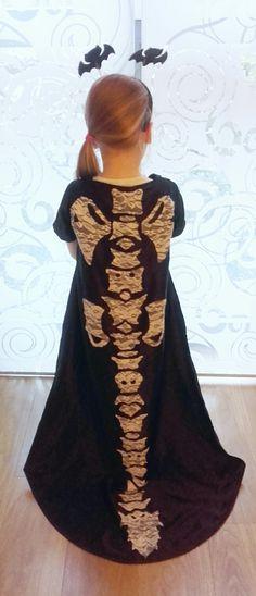 Halloween-mantel met sleep van satijn met kant