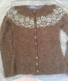 Ryðrauð / Rusty Cardigan pattern by Steinunn Birna Gudjonsdottir Fair Isle Knitting Patterns, Knitting Paterns, Lace Knitting, Knitting Designs, Knit Patterns, Icelandic Sweaters, Hand Knitted Sweaters, How To Purl Knit, Crochet Woman