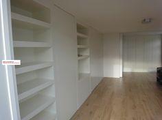 Modern wall covering interior solution with storage and bookshelves. Moderne boekenkast en opbergkast ingebouwd en op maat ontworpen door www.myhouse-amsterdam.nl