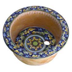 Handgemachtes rundes Waschbecken aus Italien. In unserem Angebot finden Sie auch mexikanische und marokkanische Waschbecken, Spülen und Badewannen aus Kupfer, mexikanische und marokkanische Fliesen, Zementfliesen und viel mehr. Schneller Versand in Europa Decorative Bowls, Sink, Plates, Tableware, Kitchen, Design, Home Decor, Powder Room, Europe