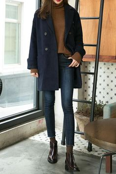 Clothing Jeans, black leather ankle boots, mid-length navy blue coat and light brown top // Perfect autumn look Clothing Source : Jean, bottines en cuir noir, manteau mi-long bleu marine et top marron clair Mode Outfits, Casual Outfits, Fashion Outfits, Womens Fashion, Fashion Ideas, Fashion Trends, Fashionable Outfits, Black Outfits, Black Coat Outfit