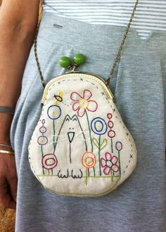 ¿Necesitáis un bolso? Embroidery Bags, Hand Embroidery Designs, Cross Stitch Embroidery, Embroidery Patterns, Frame Purse, Purse Patterns, Fabric Bags, Quilted Bag, Pouch Bag