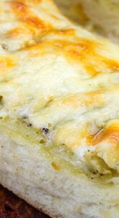 Cheesy Pesto Garlic Bread {A Quick Easy Pizza Night Side Dish} Best Bread Recipe, Bread Recipes, Muffin Recipes, Cooking Recipes, Pesto Bread, Garlic Bread, Biscuit Muffin Recipe, Bagel Bread, Pesto Recipe