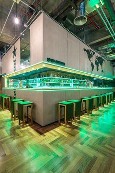 Heineken inaugura seu primeiro bar conceito no Brasil no Aeroporto de Guarulhos - posted in Direto da Redação:    05.01.2015 | Categorias:Notícias.Por:Fábio Vilela   A Heineken, inaugura neste mês, o Living Heineken, seu primeiro bar conceito no país, no Terminal 3 do Aeroporto Internacional de Guarulhos, em São Paulo (SP). Com design assinado pelos arquitetos Paulo Pratti e Charles Abdou, a iniciativa propõe que os consumidores comece...