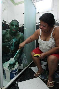 Nem com a ajuda de vizinhos, Paulo Henrique conseguiu se livrar da fantasia de Hulk
