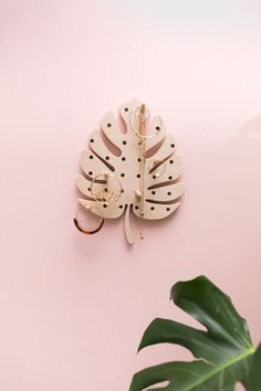 Pegboard feuille monstera • Little Anana Mdf Furniture, Home Decor Furniture, Kids Room Organization, Jewelry Organization, Diy Organisation, Diy Home Crafts, Wood Crafts, Ikea Pegboard, Baby Clothes Storage