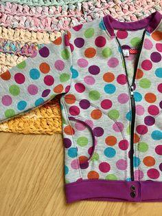 Hoodie dots barnkläder bomberjacka.  Kids clothing by ainapysslar.