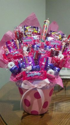 48 Ideas For Basket Flower Arrangements Gift Candy Bouquet Valentine Baskets, Valentine Day Crafts, Valentines, Gift Bouquet, Candy Bouquet, Craft Gifts, Diy Gifts, Candy Gift Baskets, Kids Gift Baskets