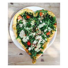 Habt einen tollen Start ins Wochenende!  #ellegermany #pizza #pizzalover #heart #foodie @thetotic