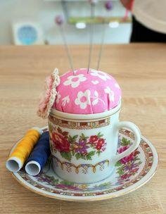 Herziges Moccatäschen Nicht nur als Nadelkissen zu gebrauchen,   sondern auch sehr dekorativ. Die Tasse ist auf dem Unterteller befestigt.  dort gibt es Platz Tea Cups, Tableware, Pin Cushions, Presents, Dinnerware, Tablewares, Place Settings, Tea Cup, Cup Of Tea