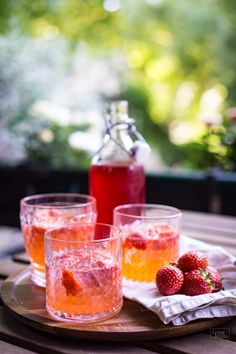 Erdbeeren-Limetten-Gin Strawberry gin with lime: our trend drink for the summer and made easy. Gin is currently on everyone's lips and with strawberries and limes it tastes wonderful. Sparkling and tingling – perfect for summer evenings as a sundowner. Fruity Drinks, Non Alcoholic Drinks, Summer Drinks, Summer Desserts, Summer Recipes, Strawberry Gin, Strawberry Recipes, Tonic Cocktails, Le Gin