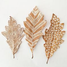 Drawing On Creativity Make beautiful leaf art by drawing on them with chalk markers. - Children and adults alike will love this art idea! Start collecting leaves now. Chalk Pens, Chalk Markers, Chalk Art, Crafts For Teens, Diy And Crafts, Arts And Crafts, Deco Floral, Arte Floral, Autumn Crafts
