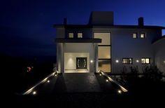 Corredor em direção à porta de casa Lighting System, Mansions, House Styles, Home Decor, Lighting Design, Hall Runner, Houses, Decoration Home, Manor Houses