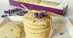 Omlós keksz vaníliával és levendulával. Hozzávalók 30 dkg liszt 20 dkg hideg vaj 15 dkg porcukor 1 tojás 2 evőkanál vaní...