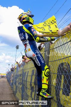 And win ofcourse! Valentino Rossi Yamaha, Valentino Rossi 46, Motorcycle Suit, Motorcycle Racers, Beast Mode, Grand Prix, Nicky Hayden, Audi, Marc Marquez