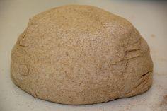 Massa Integral Tipo Podre 2 x aveia 2 x farinha de trigo integral 1 x água morna 3/4 x de azeite 1 colh café sal Bater no liquidificador a aveia, o óleo, a água e o sal até obter um creme viscoso. Despejar numa vasilha e acrescentar a farinha de trigo. Misturar bem. Dividir a massa em duas partes e abrir com o rolo.