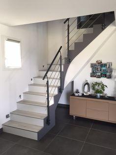Habiller un escalier la pose de moulures au dessus des for Habillage escalier beton interieur