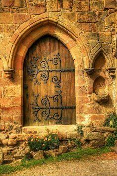 Puerta de una vieja iglesia en BOLTON ABBEY, YORKSHIRE, UK.