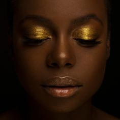 From opaque coverage to a glimmering sheen, you can build and customize 💫Tesoro Gold Glitter Gel💫 before it dries down to a lightweight,… Golden Makeup, Gold Makeup Looks, Love My Makeup, Dark Skin Makeup, Natural Makeup, Beauty Skin, Beauty Makeup, Makeup Tips, Hair Beauty