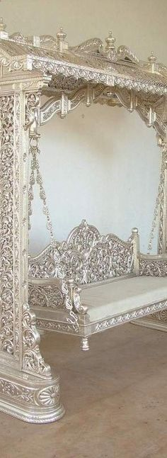 Silver leaf garden swing , so incredible! Silver leaf garden swing , so incredible! Deco Design, Design Design, Cool Furniture, Furniture Plans, System Furniture, Furniture Chairs, Garden Furniture, Bedroom Furniture, Silver Furniture