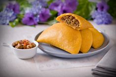 It is said that the Latin American empanadas originated in Spain and Portugal. Beef Empanadas, Empanadas Recipe, Mexican Dishes, Mexican Food Recipes, Traditional Colombian Food, Venezuelan Food, Venezuelan Recipes, Rich Recipe, Comida Latina