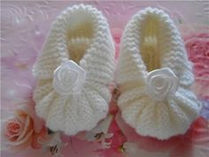 Knitting for Baby Booties Mothers protect their tiny feet our baby is actually very simple. She knitted baby booties with tiny feet can heat eg you in your own hands. Baby Booties Knitting Pattern, Booties Crochet, Crochet Baby Shoes, Crochet Baby Booties, Baby Knitting Patterns, Handgemachtes Baby, Baby Kind, Diy Crafts Crochet, Baby Slippers