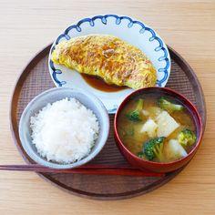 いいね!1,078件、コメント5件 ― ykazu(カズ)さん(@ykazuki)のInstagramアカウント: 「今日の一汁一菜 オムレツ、ブロッコリーとじゃがいものみそ汁 ---- オムレツは炒めて冷ました具材を卵液とまぜてからフライパンで焼くやり方です。…」 Cute Food, Good Food, Yummy Food, Eat This, Food Combining, Aesthetic Food, Korean Food, Food Menu, Easy Cooking