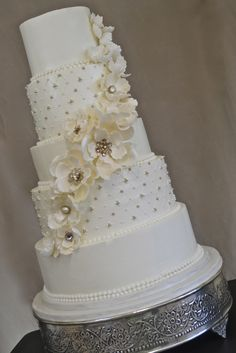 Buttercream with gumpaste flowers and antique brooches Tall Wedding Cakes, Beautiful Wedding Cakes, Beautiful Cakes, Amazing Cakes, Traditional Cakes, Cookie Decorating, Decorating Ideas, Small Cake, Floral Cake