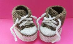 How to Make Cute Crochet Baby Sneakers! Homemade baby shoes for baby gifts are easier than you think. You can create a nice one with a crochet hook and some yarn! They look so warm and comfy for the little feet and toes! Crochet For Boys, Crochet Baby Booties, Crochet Slippers, Cute Crochet, Crochet Crafts, Baby Patterns, Crochet Patterns, Crochet Mignon, Baby Sneakers