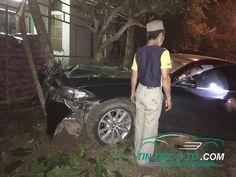 Xe BMW 520i hư hỏng nặng sau cú tông trực diện vào cây sấu