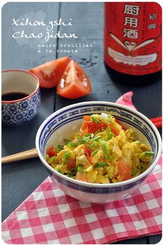 """Une petite recette toute simple, prête en 2 minutes, pour les jours où on a pas grand chose sous la main (ou si on a envie de faire genre """"je cuisine chinois"""" alors qu'on ne sait pas cuisiner ;) ) ! Pour 1 personne, il vous faut : 2 oeufs 1 tomate 1 c...."""