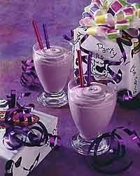 Place yogurt, milk, grape juice concentrate and lemon juice in food processor or blender container; How To Make Purple, All Things Purple, Purple Stuff, Purple Birthday, Purple Party, Kid Drinks, Yummy Drinks, Beverages, Yummy Food