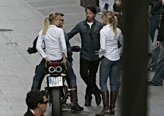Famous Faces and Their Less Famous Stunt Doubles . Cameron Diaz & Tom Cruise next to their stunt doubles on the set of Knight and Day Movie Theater, Movie Tv, Double Photo, Stunt Doubles, Cameron Diaz, Action Film, Tom Cruise, Famous Faces, Stunts