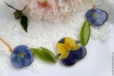 Колье с Настоящими цветами анютиных глазок и купены в ювелирной смоле – купить в интернет-магазине на Ярмарке Мастеров с доставкой